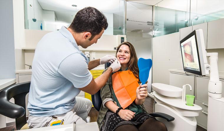 Zahnarzt Dr. Dere aus Aarau bestimmt die Zahnfarbe. Foto © Jean-Jacques Ruchti