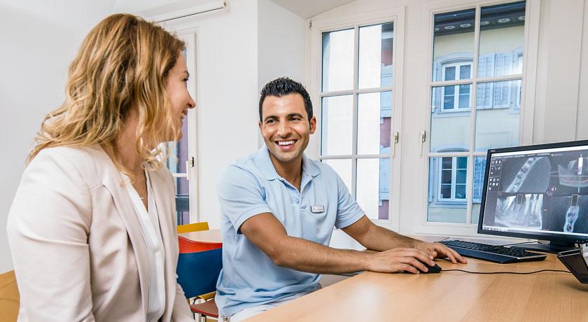 Dr Dere berät in der Zahnarztpraxis Zwischen den Toren Aarau. Foto © Jean-Jacques Ruchti