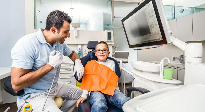 Zahnarzt Dr. Mustafa Dere aus Aarau als Kinderzahnarzt. Foto © Jean-Jacques Ruchti