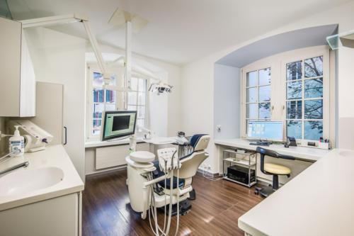 Behandlungszimmer - Zahnarztpraxis zwischen den Toren, Aarau - Dr. Mustafa Dere. Foto © Jean-Jacques Ruchti