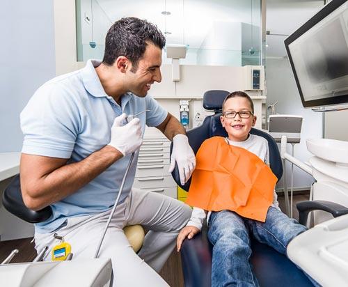 Kinder behandeln - Zahnarztpraxis zwischen den Toren, Aarau - Dr. Mustafa Dere. Foto © Jean-Jacques Ruchti